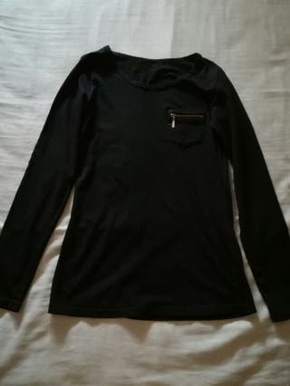 Camiseta negra manga larga.