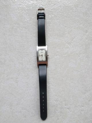 Reloj Timemaster plateado,correa negra de piel