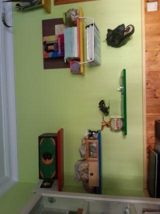 estanterías de colores cuarto infantil