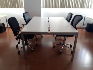 Mesa con sillas de oficina