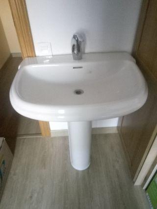 pica de lavabo con grifo