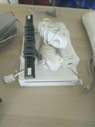 Wii blanca con dos mandos, balance board y juegos