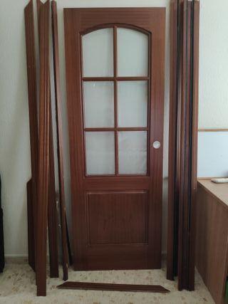 Puerta corredera de cajón, de madera maciza.