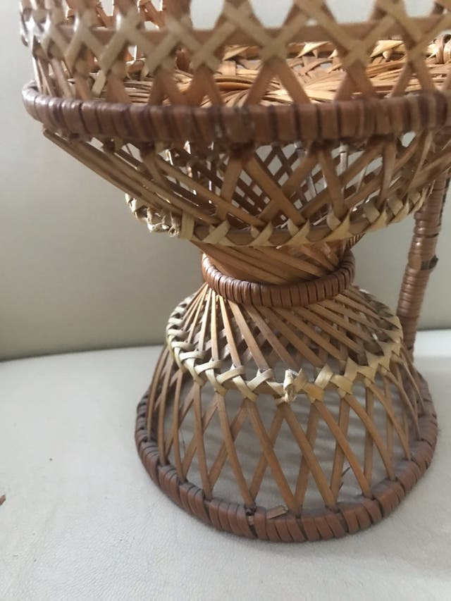 Muñeca porcelana antigua y silla mimbre