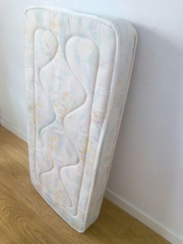 Cuna blanca y colchón