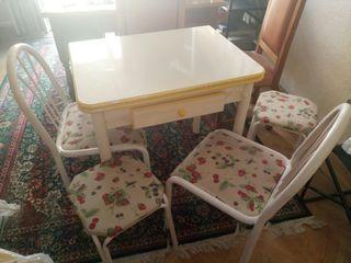 Mesa con sillas y taburetes