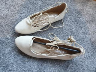 Ladies shoes - size 4