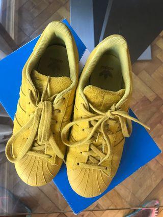 Zapatillas Adidas de piel.