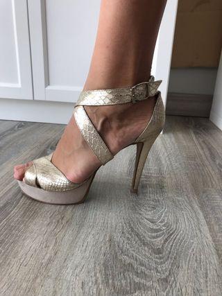 Zapatos tacón dorado seminuevos