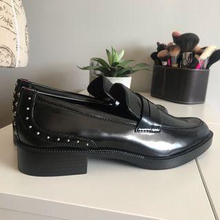 Mocasines negros con tachuelas de Zara