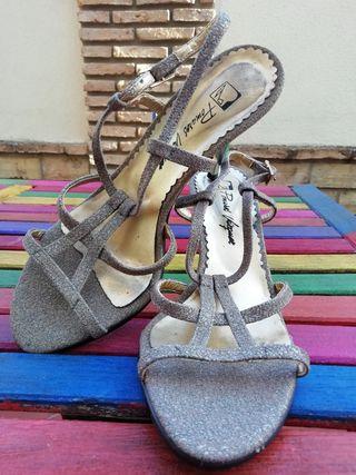Zapatos de tacón con brillo plateado y dorado