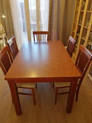 Mesa de comedor, sillas y mesa de centro