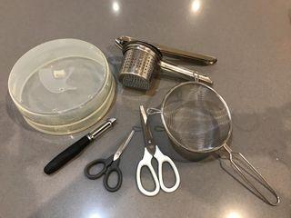 Utensilios: tijeras colador pelador prensador tapa
