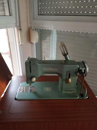 Máquina de coser antigua con mueble