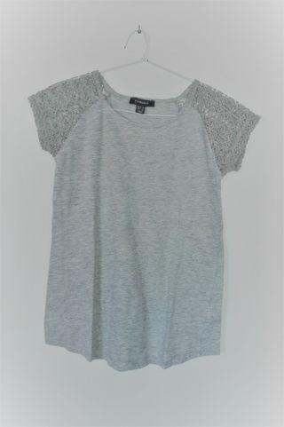 Camiseta gris con hombros