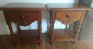Dos mesillas de madera maciza con cajón