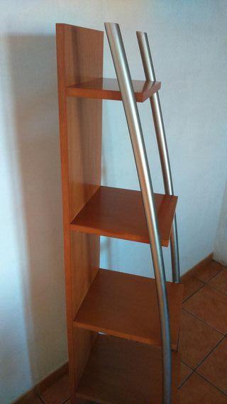 estantería de madera con aluminio.