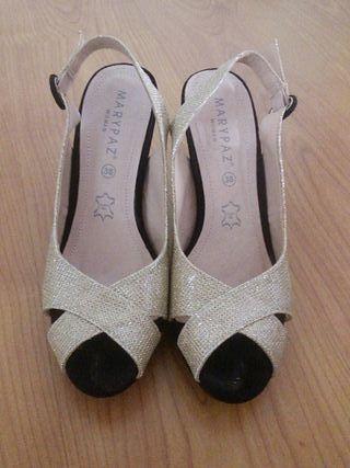 Zapatos dorados y negros tacón 10 cms.