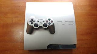 PlayStation 3 320 GB con mando, cables y 13 juegos