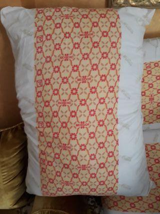 10 almohadas y 4 colchones