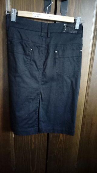 Falda negra. Largo rodilla. T 38. 5€