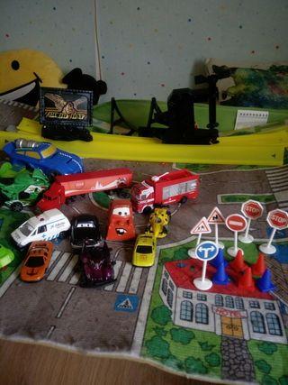 Juguetes: Lote coches, alfombra, señales y pista.
