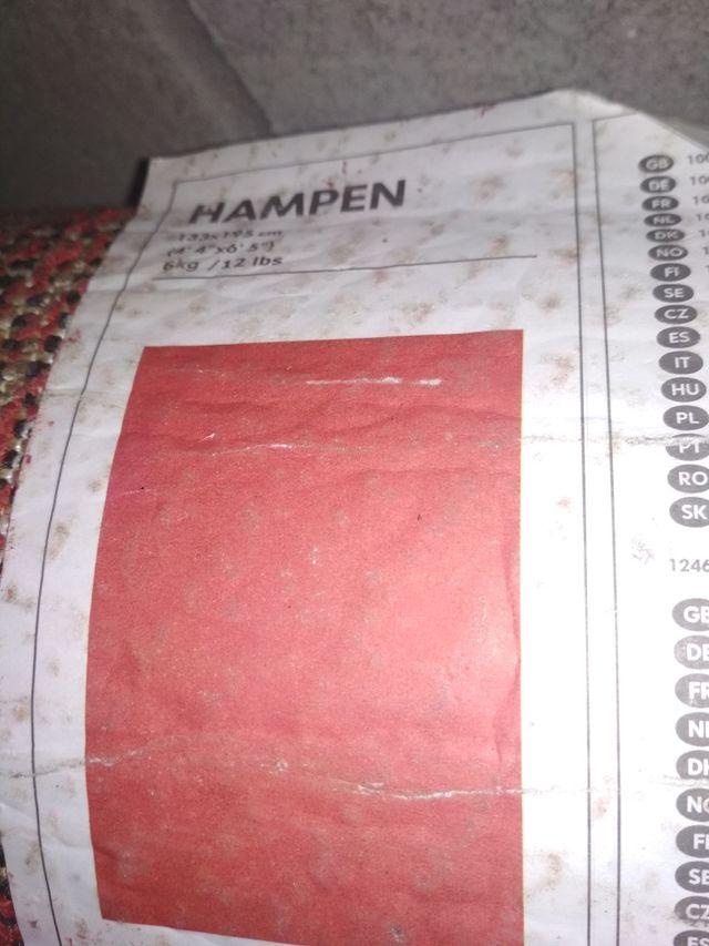 dos alfombras una roja con pelo y otra tipo cebra