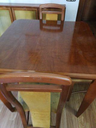 Mesa abatible y 4 sillas de cerezo.