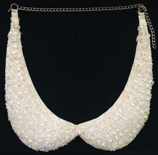 Collar cuello camisero con piedras blancas