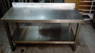 mesa de acero pequeña