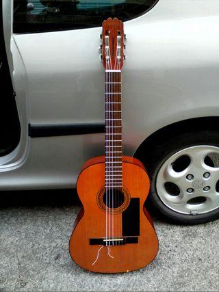 guitarra con cuerdas nuevas