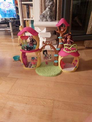 Casa y muñecas Echantimals en perfecto estado