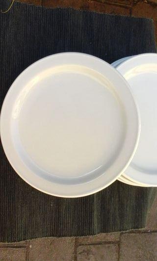 48 Platos pequeños de porcelana
