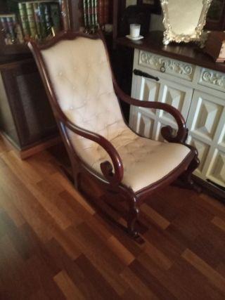 Mecedora de madera maciza y tapizada en piel