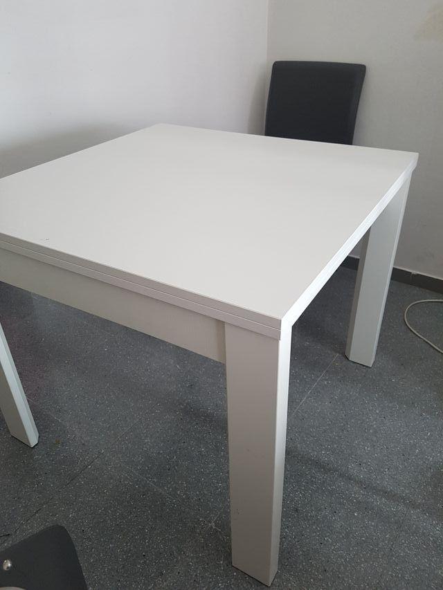 Mesa de comedor blanca.