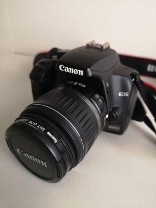 Cámara reflex CANON con objetivo 70-300mm.