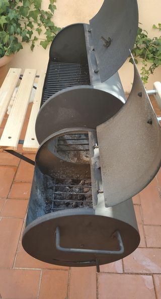 Barbacoa de carbón con ahumador