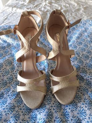 Zapatos sandalia de tacón dorados