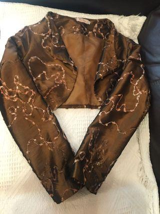 Chaqueta tipo bolero en color bronce con bordado
