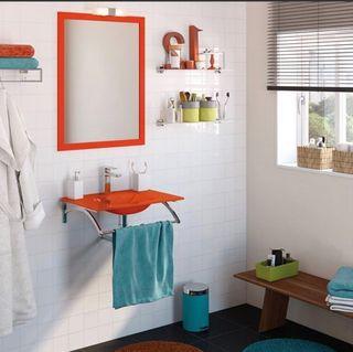 Lavabo de baño rojo con espejo