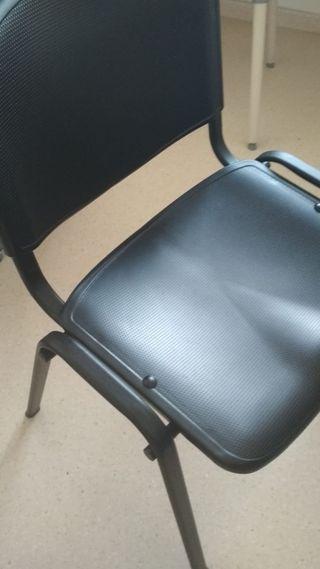 Dos sillas de plástico duro