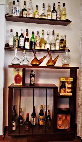 Mueble-bar con estanterías