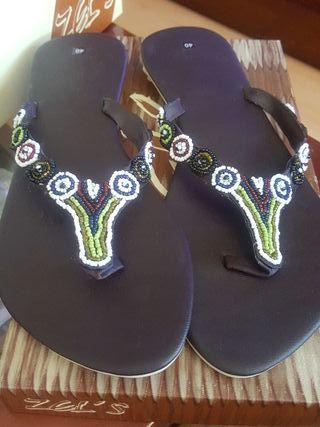 sandalias de dedo con abalorios