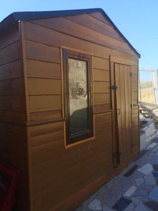casita de madera con ventana