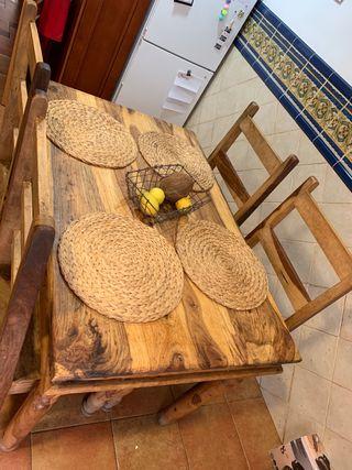 Mesa y sillas de madera matiza de palisantro