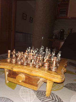 ajedrez de madera y piezas de metal