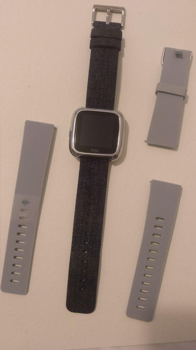 Reloj Fitbit Versa y Báscula Aria 2