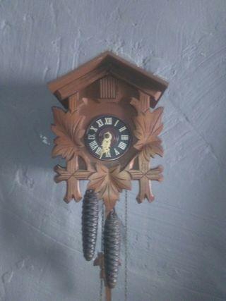 reloj antiguo de pared con su cucu ay que ponerlo