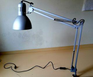 Lámpara flexo para mesa de trabajo.