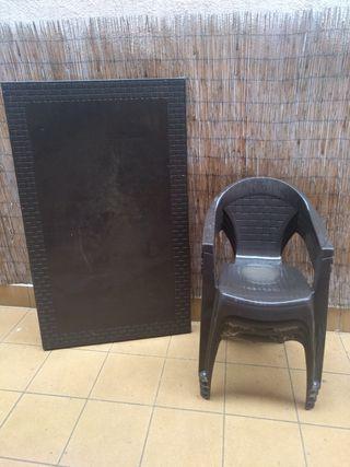 mesa y 4 sillas de plastico con cojines